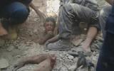 انتشال طفل من بين الأنقاض بعد الغارة