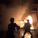 الدفاع المدني يُخمد الحرائق بعد انفجار سيارة مفخخة في حريتان 8-10-2015
