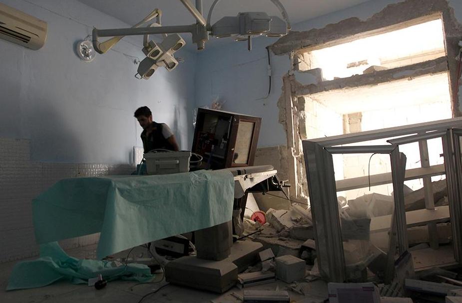 مسعف يتفقد الأضرار التي لحقت بمستشفى عندان، الذي يدعمه اتحاد منظمات الإغاثة والرعاية الطبية، بعد أن ضربت غارة جوية مدينة عندان التي يسيطر عليها المتمردون، شمال محافظة حلب، سوريا، 31 يوليو/تموز 2016.