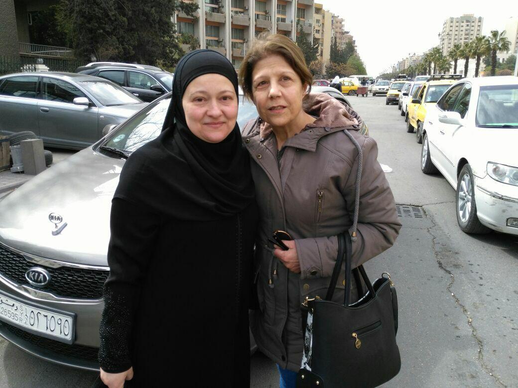 صورة نُشرت لكوكش، يسار الصورة، بعد الإفراج عنها في دمشق