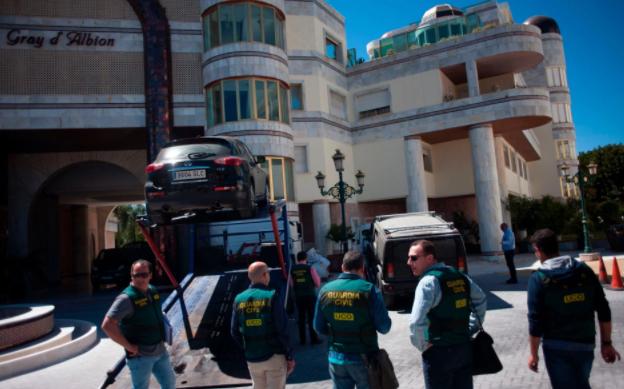 الشرطة الإسبانية تقوم برفع سيارة أمام أحد العقارات التي تعود لرفعت في نيسان الماضي