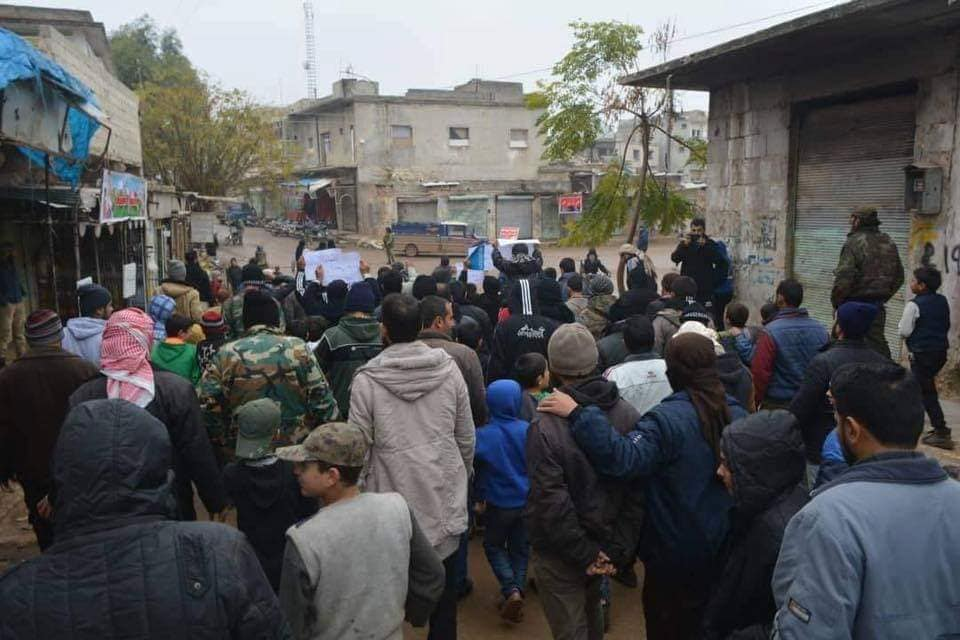 خرج المهجرون من حمص في مظاهرة للتنديد بطلب أحرار الشام إخراجهم من البيوت التي يقطنونها